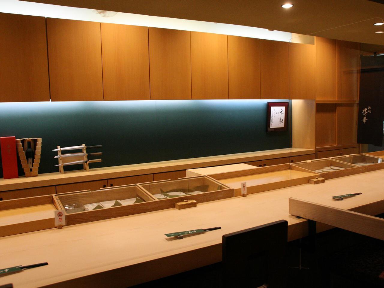 画像: 檜の一枚板を用いた、堂々たるカウンター。その他、個室タイプの小上がり席も