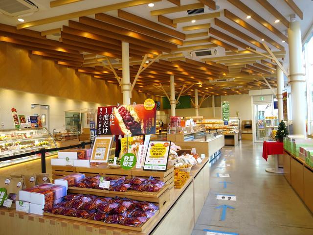 画像: 商品は、なんと約300!洋菓子、和菓子のほか、パンも約130種類あり