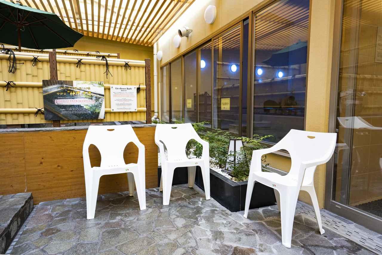 画像: 都心らしからぬ静寂感が味わえる外気浴スペースも魅力のひとつ