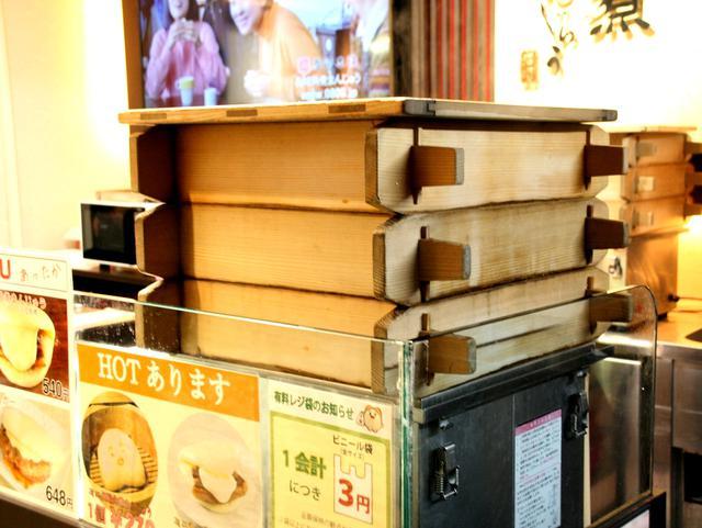 画像: 店頭の三段重ね蒸し器。レギュラーの他、さまざまな角煮まんじゅうが楽しめる