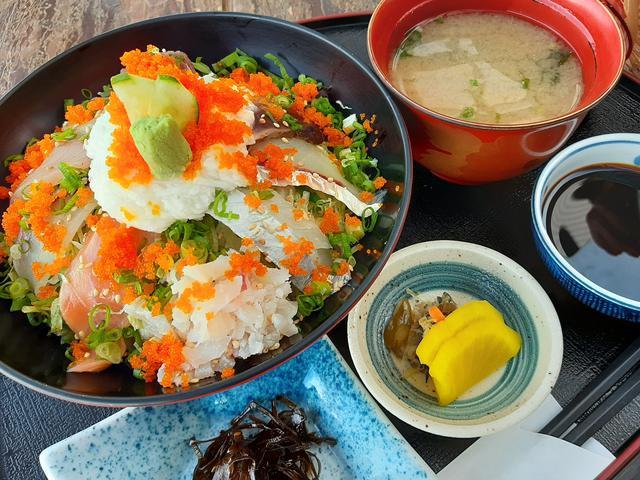 画像: 10種類の海鮮が載った丼のほか、小鉢やお味噌汁などもつく
