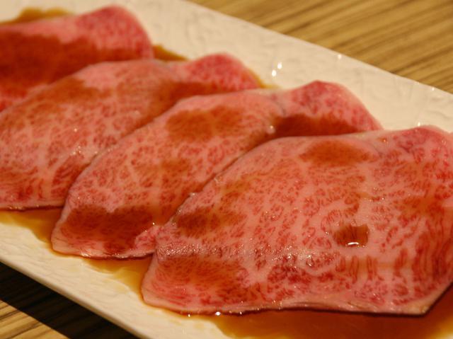 画像: 極上サーロインの焼きすき(単品は2980円)。長崎風の甘めな割下と卵で