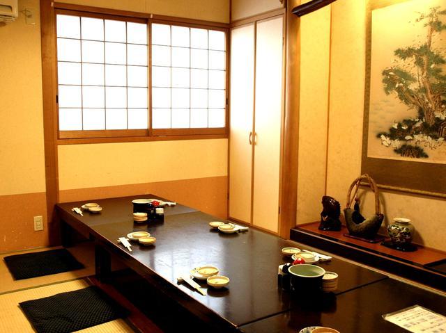 画像: カウンターのほかテーブル席や個室も。2階にも個室タイプのお座敷あり
