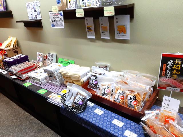 画像: 店内には島原名物の多種多様なお土産が購入できるスペースもある