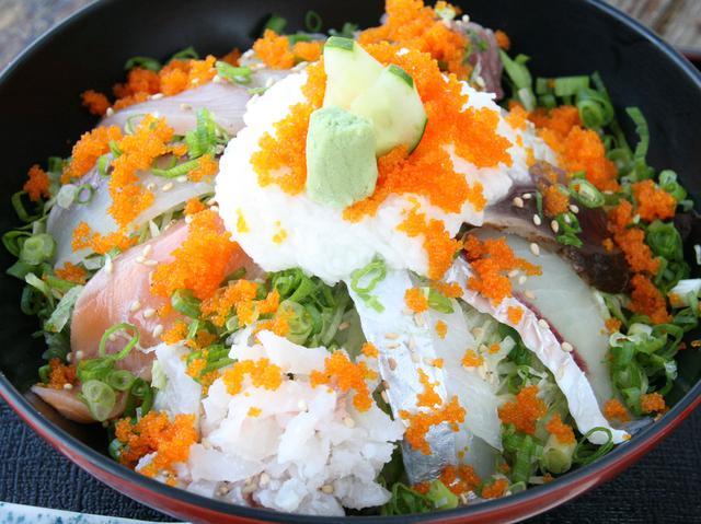 画像: 海鮮丼(990円)。地場の10種類の海産物が載る。プレミアムな「SP海鮮丼」も
