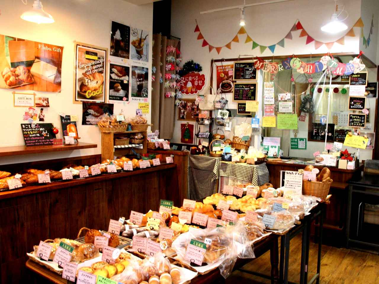 画像: まるでおもちゃ箱のような楽しい雰囲気も感じる店内に、約50種類のパンが