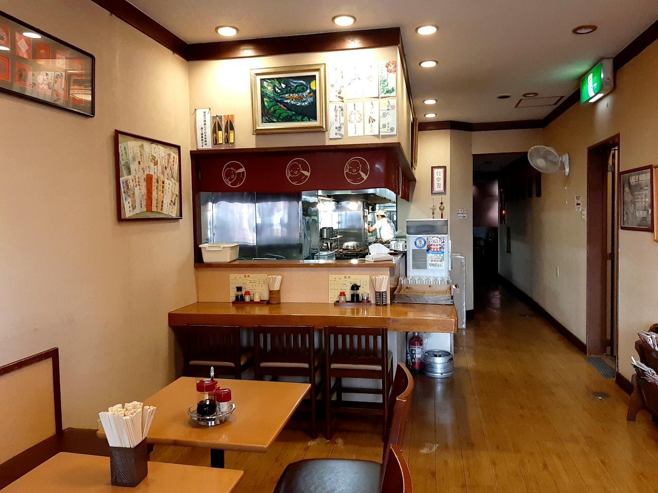 画像: 清潔感ただよう店内。壁には切り絵作家の故・成田一徹さんの作品も