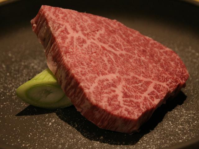 画像: シャトーブリアンステーキ(単品は4800円)。分厚く柔らかく、まさに最高級