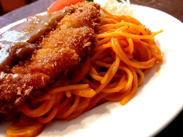 画像: 植物油使用ポークカツにカレールゥ、最高級マーガリンのバターライス、スパゲティーが一体化