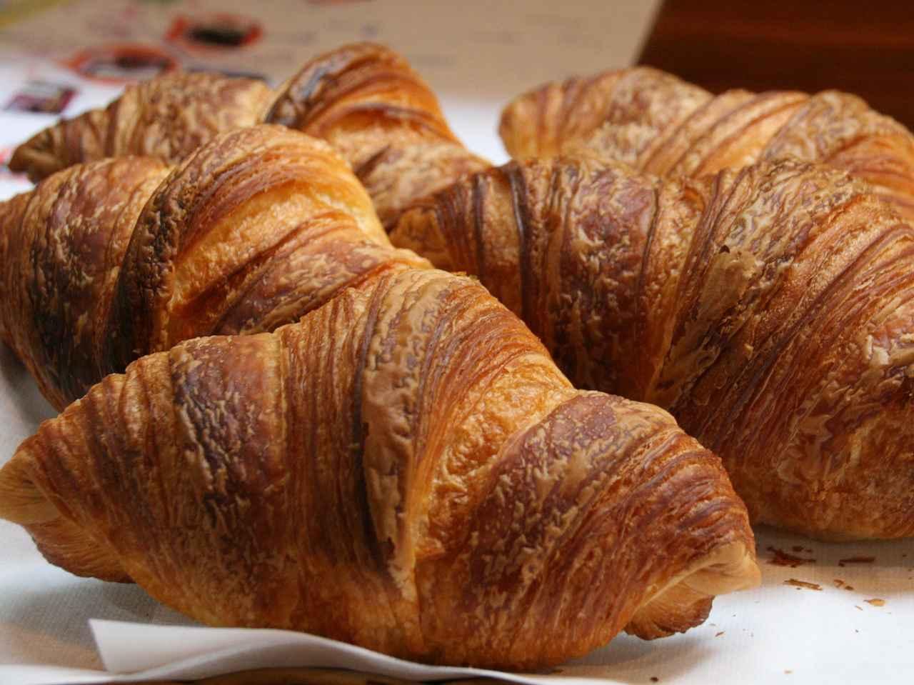 画像: クロワッサン。北米産高級小麦や北海道産高級発酵バターを使用