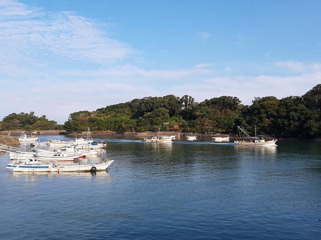 画像: 店舗前には、燗場島なども見えるエメラルドグリーンの海が広がる