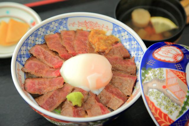 画像: レモンが入ったさっぱり味のあか牛のスープと自家製漬物がついた「あか牛丼」