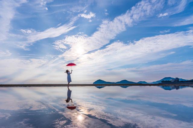 画像2: 【香川】まるでウユニ塩湖!天空の鏡に映し出された奇跡の絶景『父母ヶ浜』