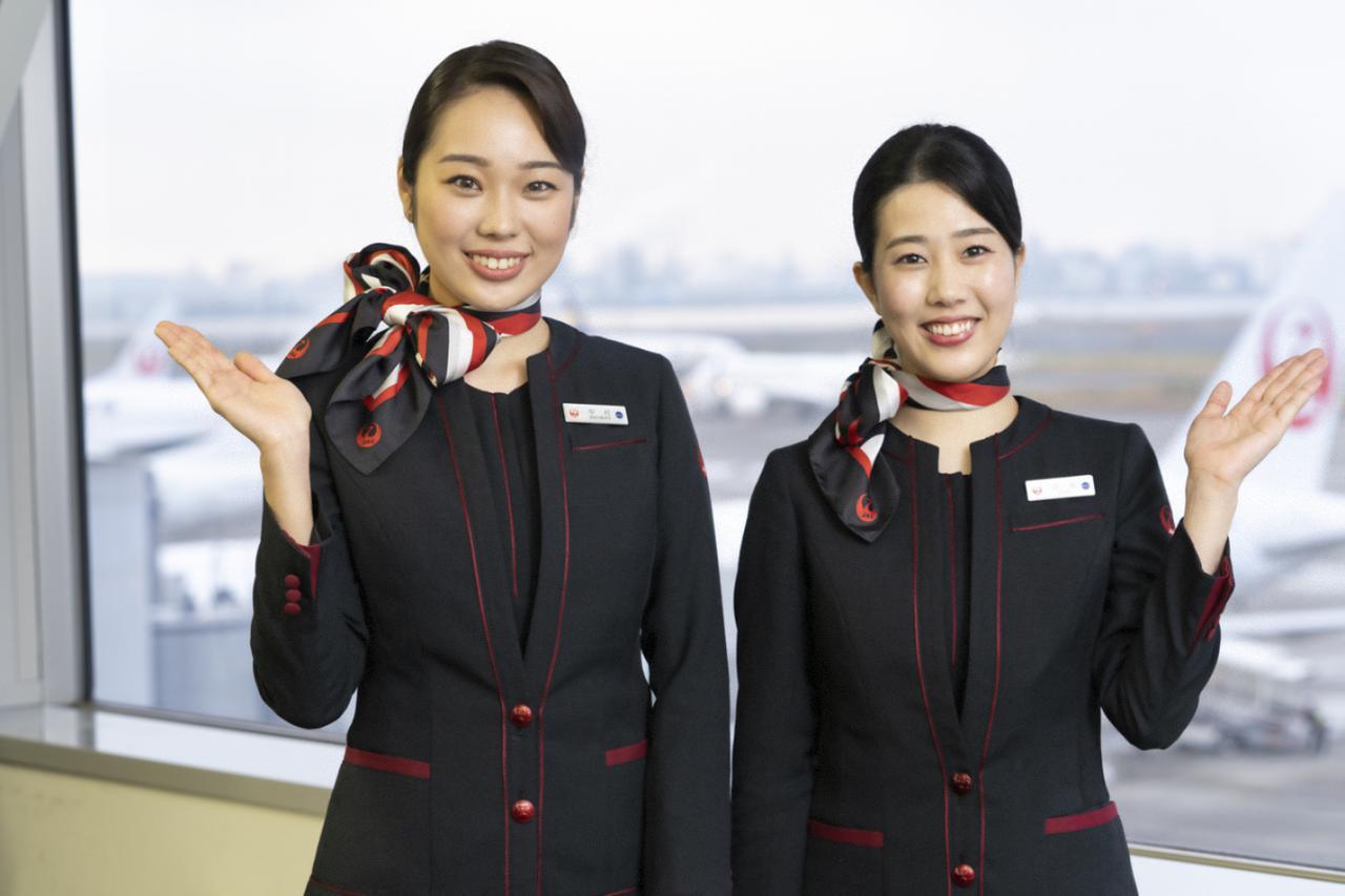 画像: JAL客室乗務員:中村早希さん(写真左)と、白井洋子さん(写真右)