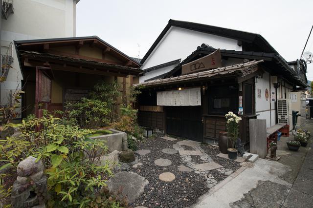 画像1: 参道の古民家を改築した手打ち蕎麦屋「なみ満」で旅の最後の福岡グルメを味わう