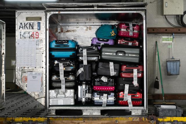 画像4: スマートエアポートが進んでも、お手荷物は熟練の技術で丁寧に扱います