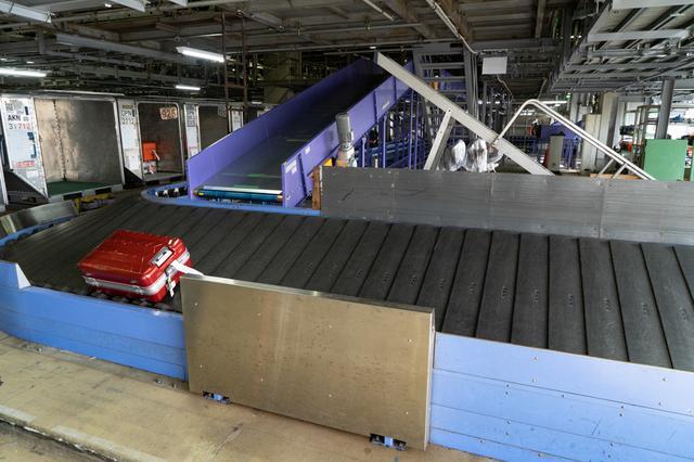 画像3: スマートエアポートが進んでも、お手荷物は熟練の技術で丁寧に扱います