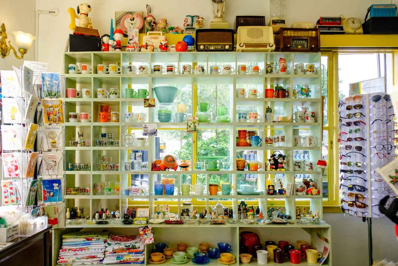 画像: オーナーのクリスさんがアメリカで買い集めてきたものが所狭しと並べられています。