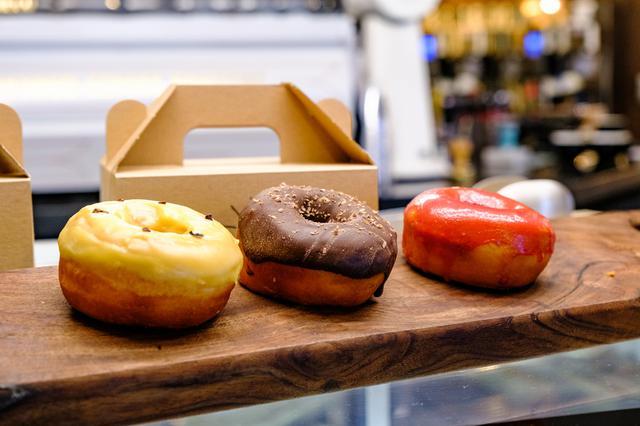 画像: コーヒーに合わせたドーナツやアイスクリーム、焼き菓子などのお菓子もあります。