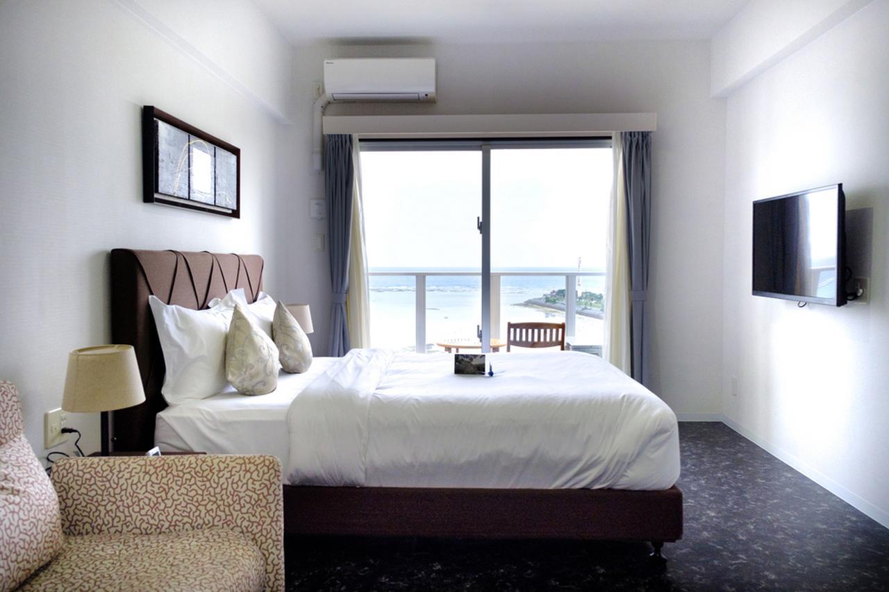 画像: ここまで長いバス旅をしてきたので、少し部屋でゆっくり。窓からは沖縄の海!