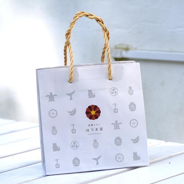 画像: ショッピングバッグには沖縄のモチーフが散りばめられていました。