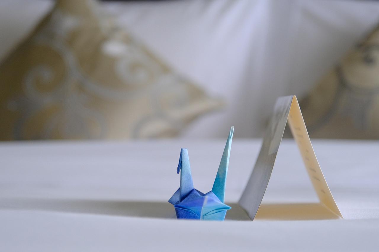 画像: シンプルな部屋でとても落ち着きます。ベッドにはメッセージと折り鶴。
