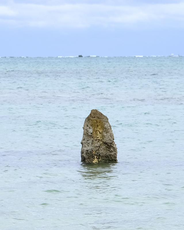 画像: 琉球の創生神・アマミキヨが久高島から渡ってきて、降り立った最初の場所と言われています。干潮時にはすぐ近くまで行けます。
