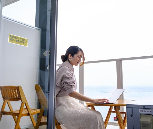 画像: Wi-Fiはベランダまでしっかり届きました。海風に吹かれながらゆっくり仕事できるという贅沢な気持ちになります。