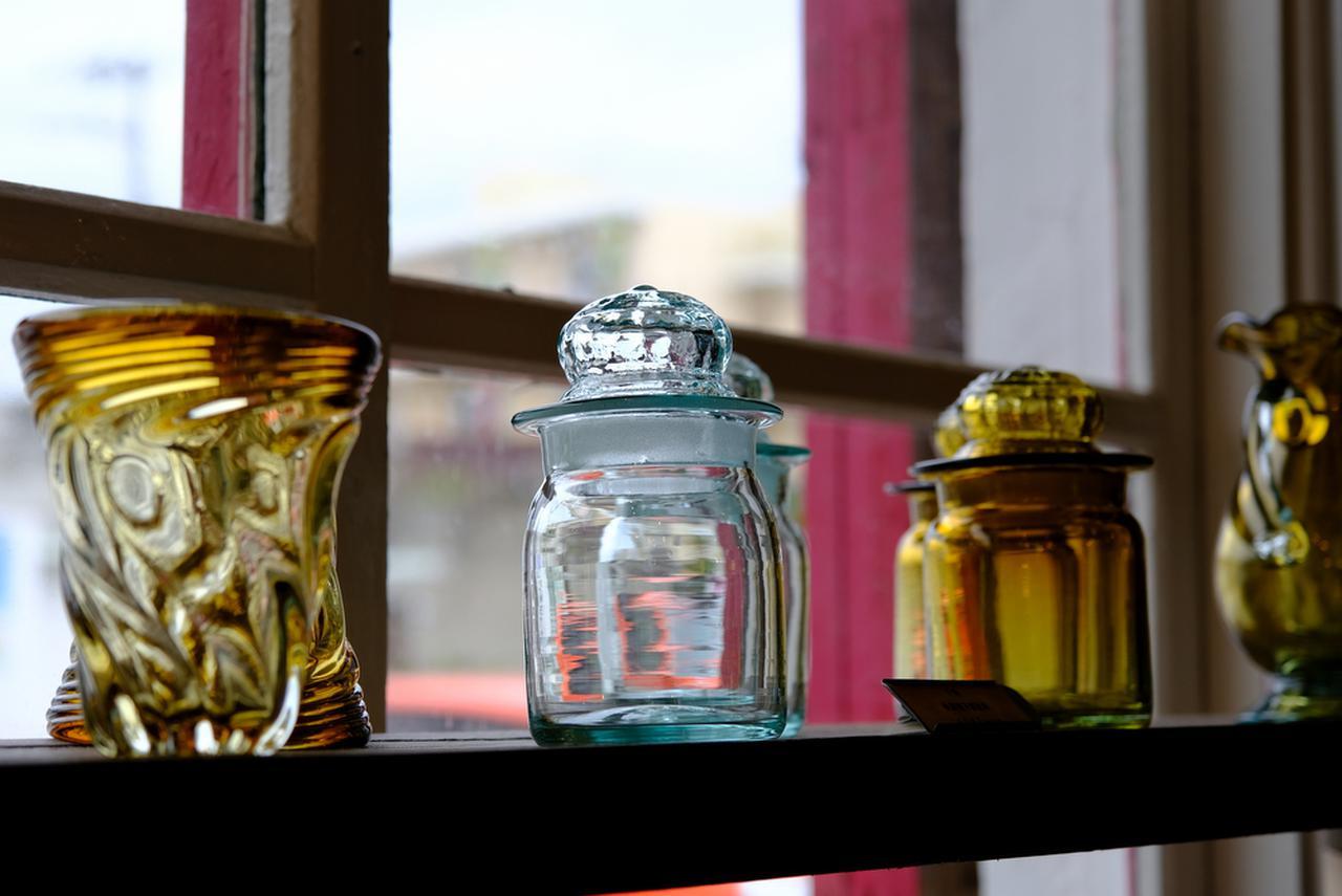 画像: ゆらゆらと光が屈折する手作り吹きガラス「奥原硝子製作所」のガラス製品。