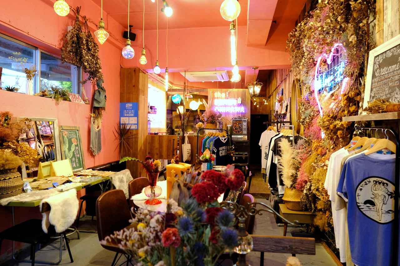 画像: ピンクの壁にネオンとドライフラワー。どこを切り取ってもカワイイ店内です。