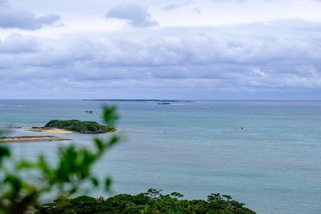画像: 拝所からさらに奥へ進むと開ける場所があり、そこから久高島が見えました。