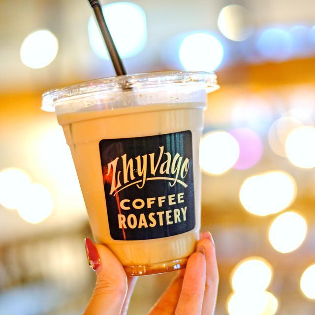 画像: コーヒー専門店「ZHYVAGO COFFEE ROASTERY」は焙煎所とスイーツ製造などを行うラボを併設したカフェ。