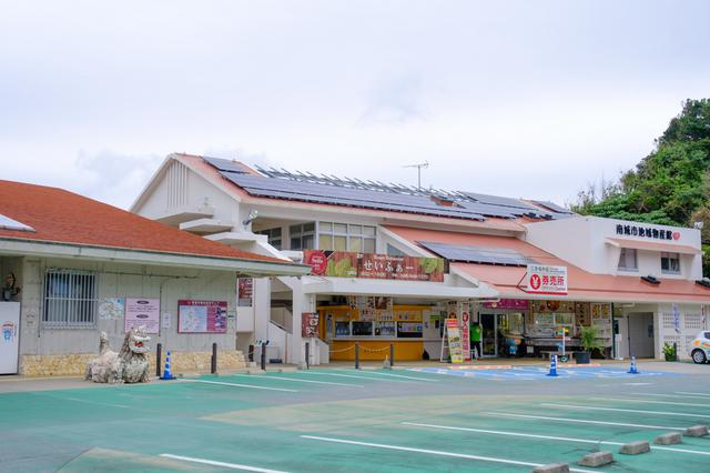 画像: 斎場御嶽に入るためのチケットは、バス停からも近く駐車場にもなっている「南城市地域物産館」で先に購入しておきます。