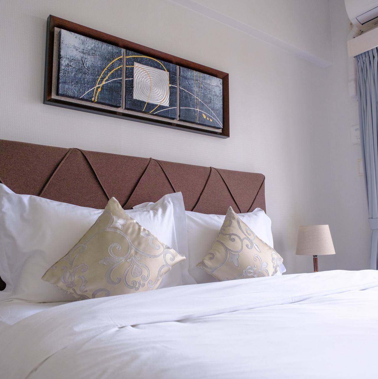 画像: さらりとしたシーツで寝心地もよく、これなら長期滞在でも安心です。