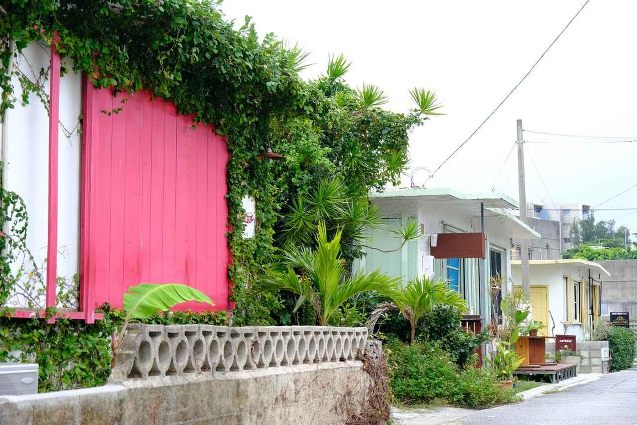 画像: 「Proots(プルーツ)」は、移住者であるオーナーさんのイメージする沖縄の色=赤を壁色にしたという外観。アクセントになっていて良いです。