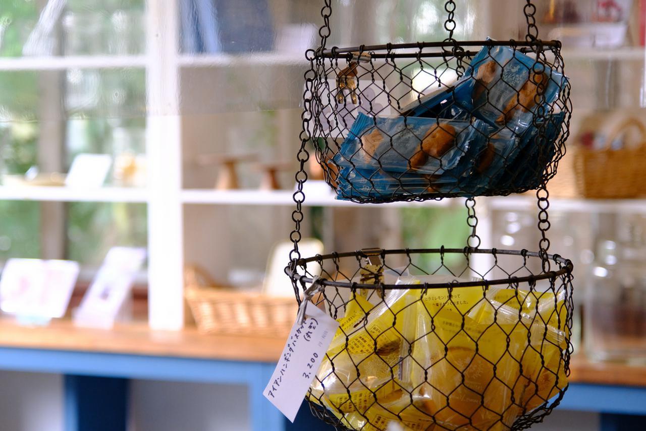 画像: 店内ではフルーツタルトと焼き菓子が販売されており、カフェスペースではイートインも可能です。