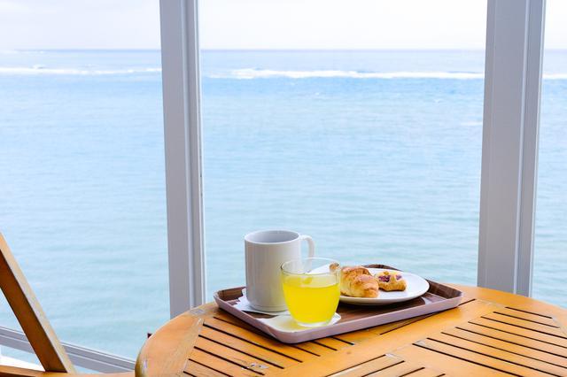 画像: サービスの朝ごはんも部屋に持ち込みOKでした。海を見ながら爽やかな朝の時間を楽しみました。