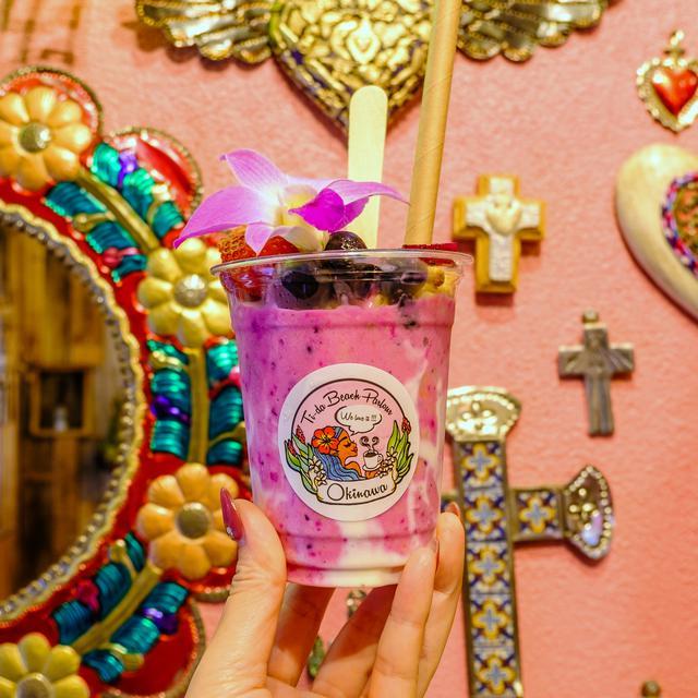 画像: メキシコ雑貨が壁一面に飾られた場所は、「ここで写真を撮ってもらいたい」と思って作ったのだとか。