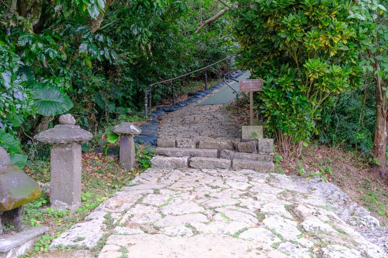 画像: 御門口(うじょうぐち)からは石畳の参道となっています。ここからは少し坂です。