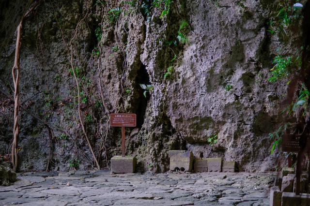 画像: 久高島から渡ってきたアマミキヨ神がこの岩の上に立ち、降りたと言われる場所です。香炉は15個あり、聞得大君就任式が15回行われた証だと考えられています。