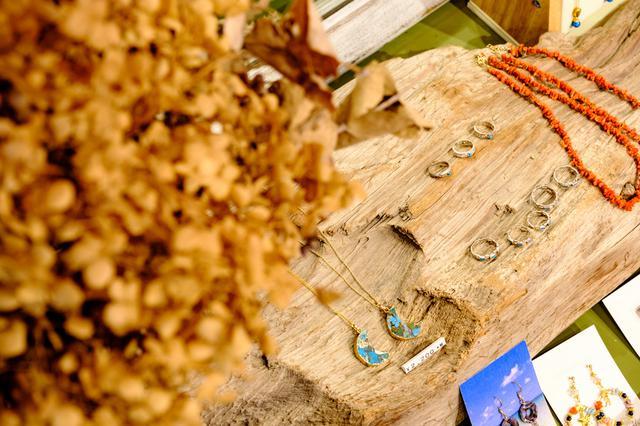 画像: 沖縄産フルーツを使ったスムージーをオーダー。出来上がりまで、店内のアクセサリーなどを見て待ちます。