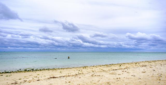 画像: 百名ビーチは整備されていない自然のビーチ。透明度も高く遠浅な海岸です。