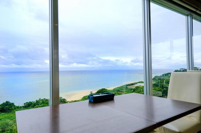 画像: あいにくのお天気の日でもこの絶景。高台にあるCafeやぶさちからは、ビーチと海が一望できます。