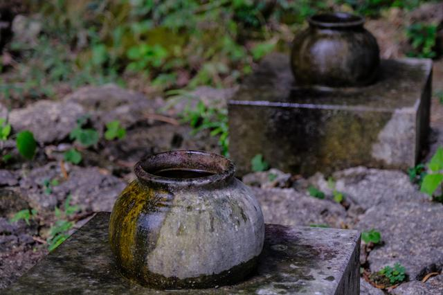 画像: 手前がシキヨダユルアマガヌビー、奥がアマダユルアシカヌビーの壺。溜まった水は聖水として儀式に使われます。