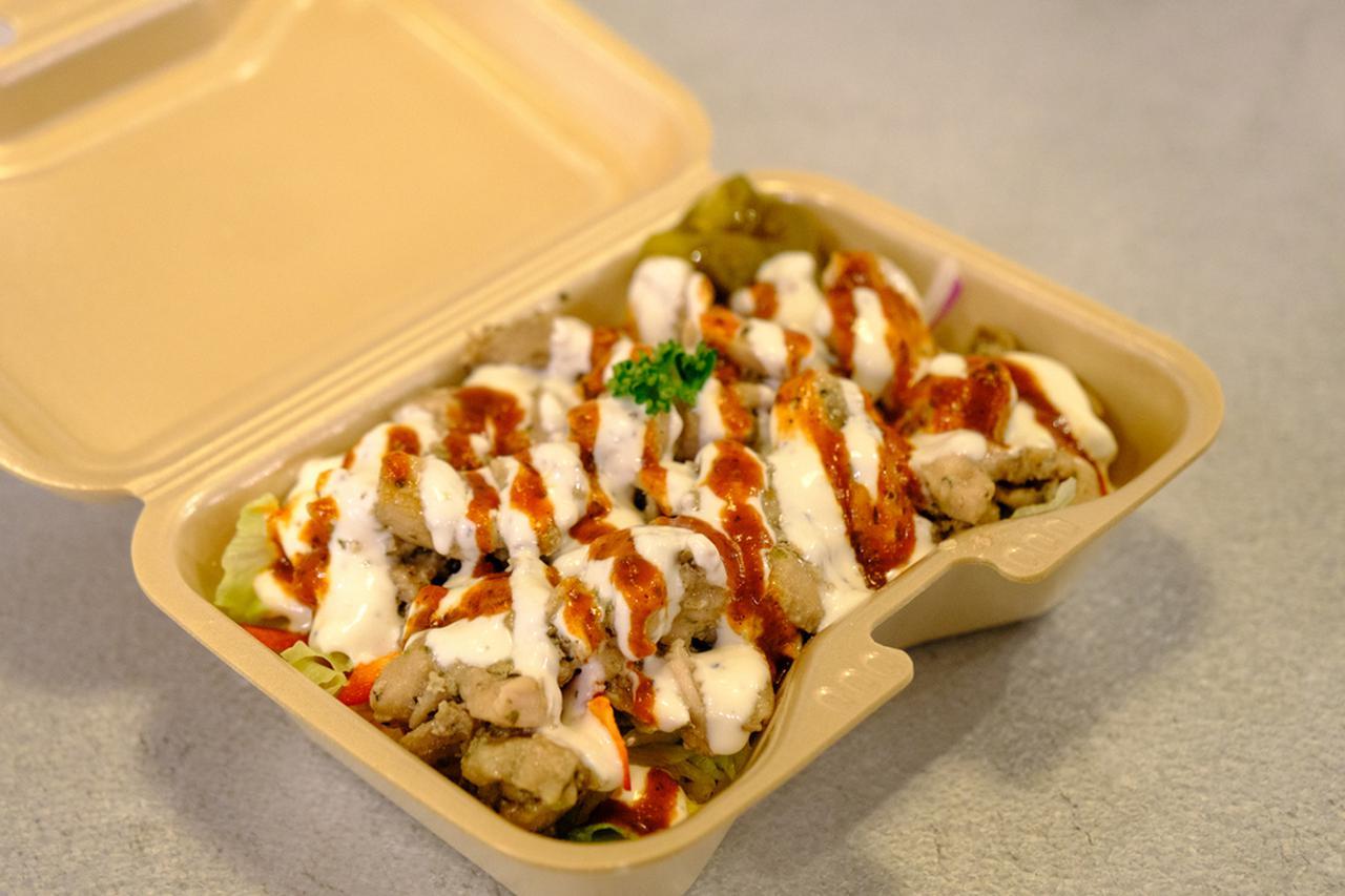 画像: アメリカN.Yで人気の「チキンオーバーライス」。ごはんが見えないくらいにチキンたっぷりです。
