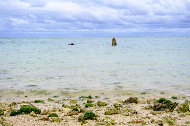 画像: 百名ビーチにあるのは「ヤハラヅカサ」。海の中の聖地には石碑が建てられています。