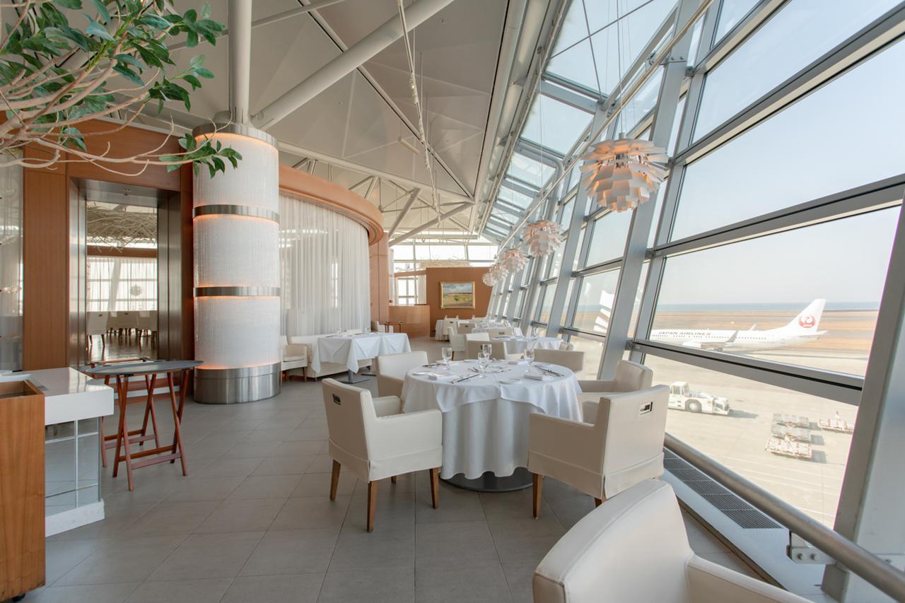 画像1: 空港ならではの眺望を誇る、本格フレンチレストラン