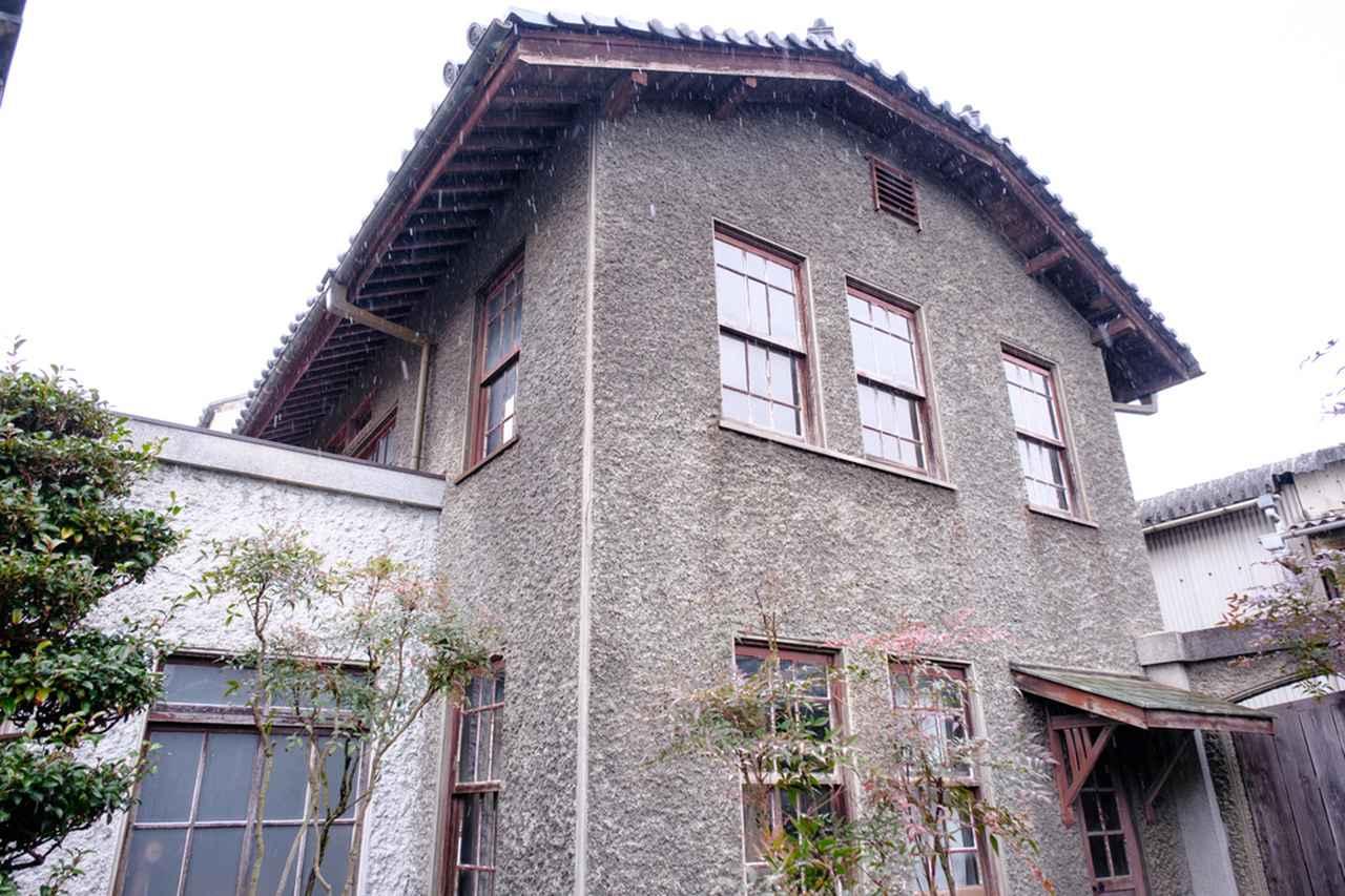 画像: 大正時代の洋館は、「ドイツ壁」と呼ばれるセメントで凹凸のある独特の仕上げになっています。