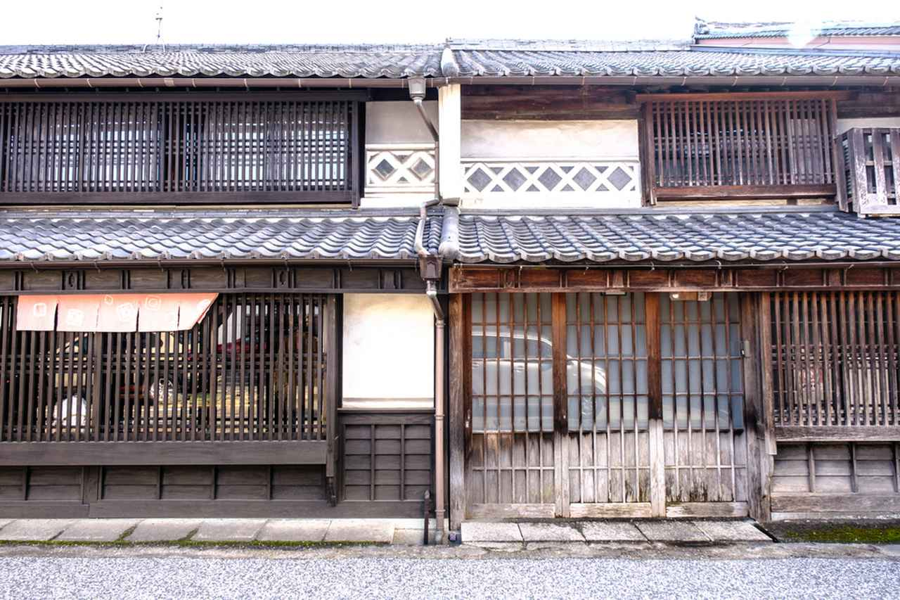 画像: この町は、隣同士すき間のない長屋スタイル。