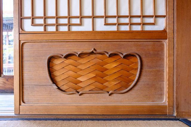 画像: 室内には繊細な建具や意匠が見られます。